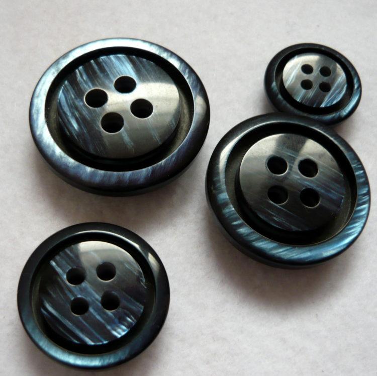 Bottone  vintage  4 fori primi anni 80