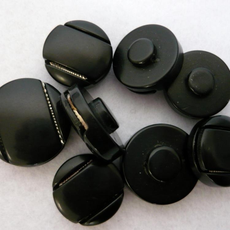 Bottone  nero anni 70 in resina con inserto metallico