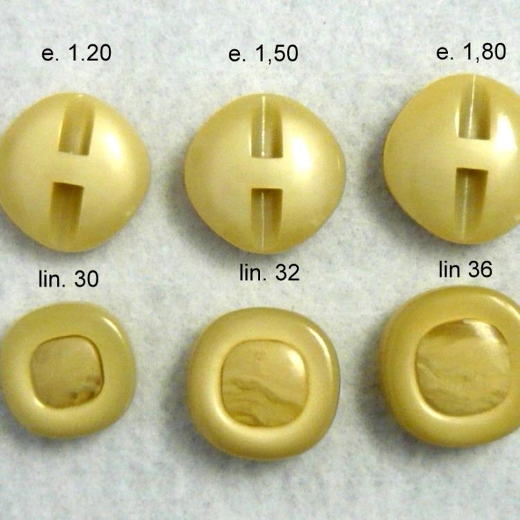 Bottone in resina anni 70 color avorio