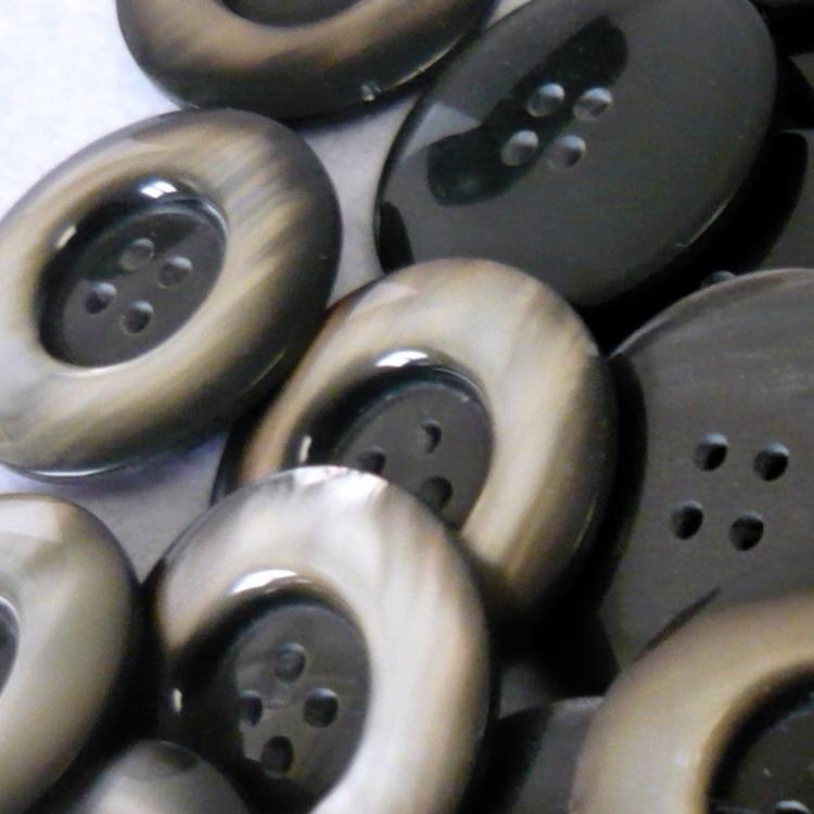Bottone in resina quattro fori anni 70