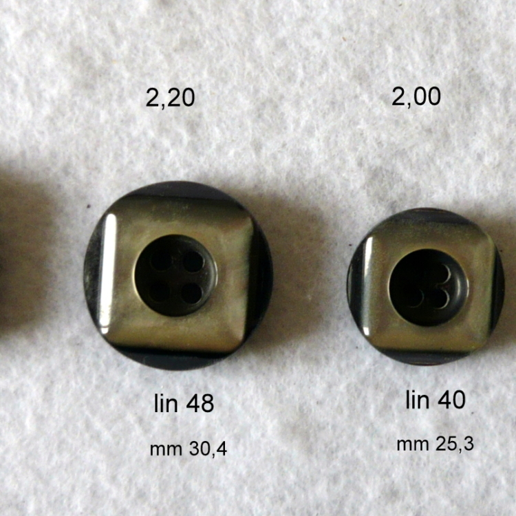 Bottone in resina grigio sfumato fondo nero anni 70