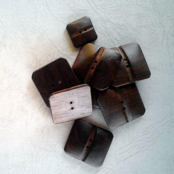 7 bellissimi bottoni in legno di fine anni 50  (art L59)